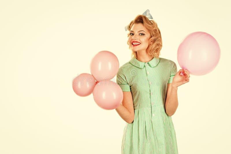 Mooi pinupmeisje met roze ballons stock foto's
