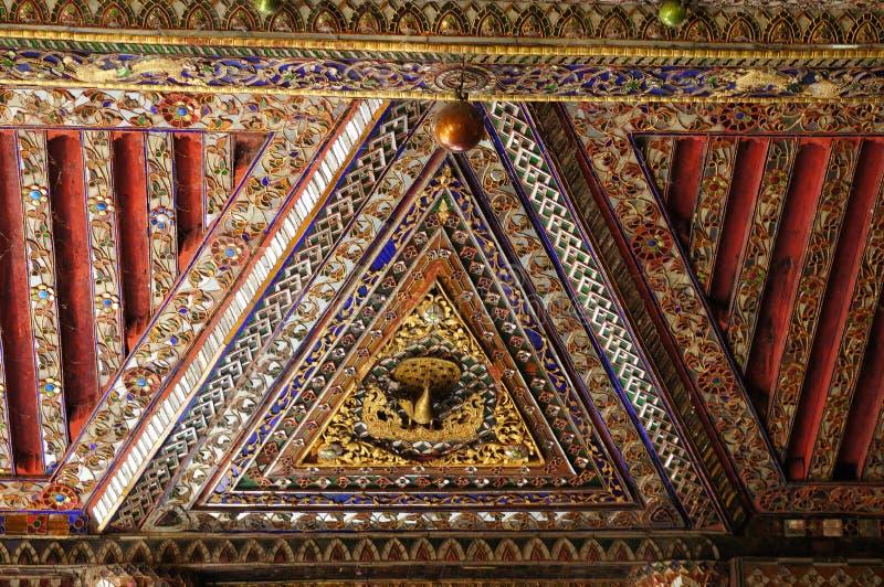 Mooi plafond van Wat Phra Kaew Don Tao, Lampang, Thailand royalty-vrije stock afbeelding