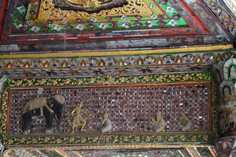 Mooi plafond van Wat Phra Kaew Don Tao, Lampang, Thailand stock afbeeldingen