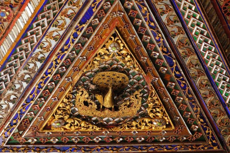 Mooi plafond van Wat Phra Kaew Don Tao, Lampang, Thailand stock fotografie