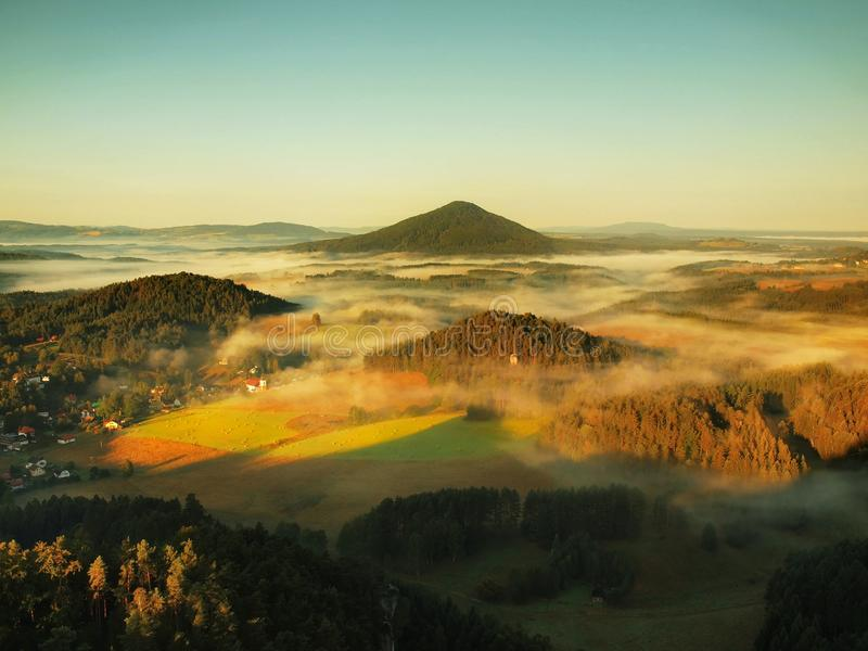 Mooi platteland van het park van Tsjechisch-Saksen Zwitserland Zachte mist boven dorpskerk De warme strijd van zonstralen met kou royalty-vrije stock fotografie