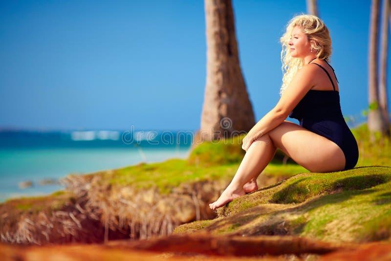 Mooi plus grootte geniet de vrouw van het leven op de zomervakantie stock foto's