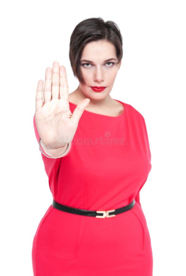 Mooi plus groottevrouw die het gebaar van het eindeteken geïsoleerd maken Foc stock fotografie