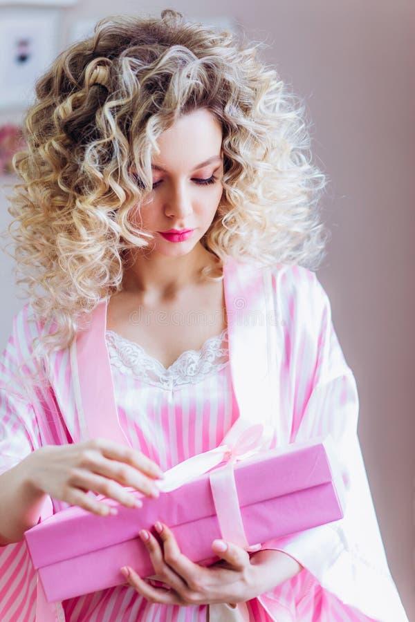 Mooi portret met professionele make-up voor een vrijgezellinpartij Meisjesblonde met krullend haar stock foto's