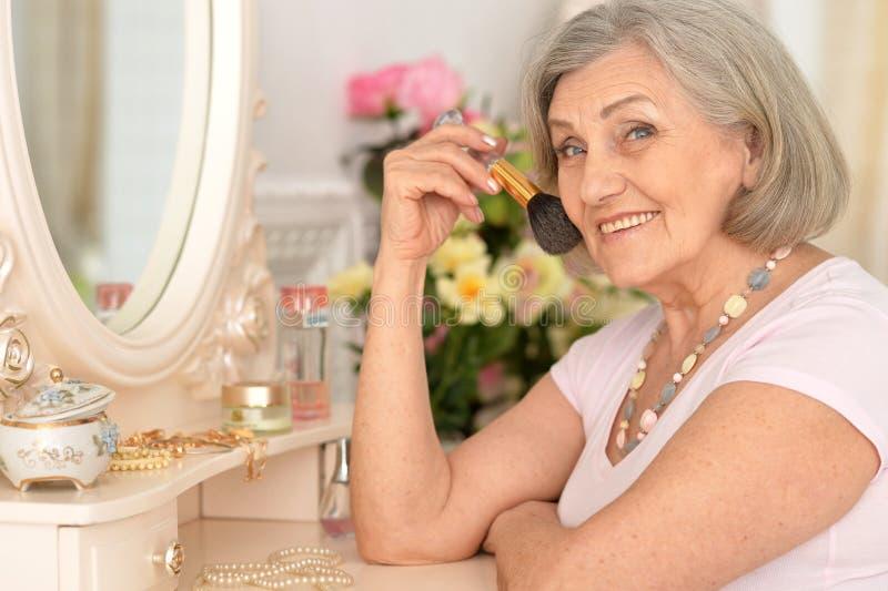 Mooi portret van een oudere vrouw stock afbeelding