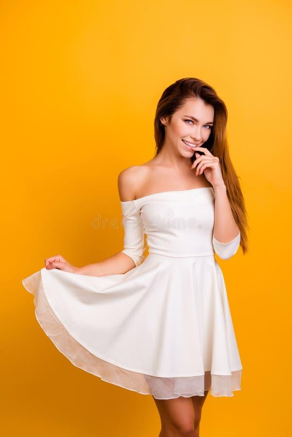 Mooi, positief, perfect meisje die met naakte schouders houden voor stock fotografie