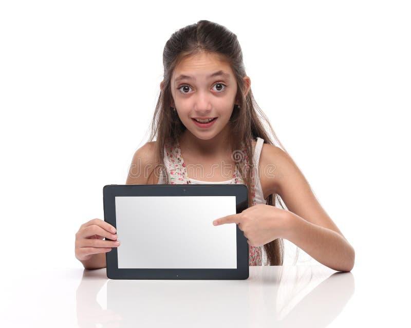 Mooi pre-tienermeisje die een tabletcomputer tonen stock foto's