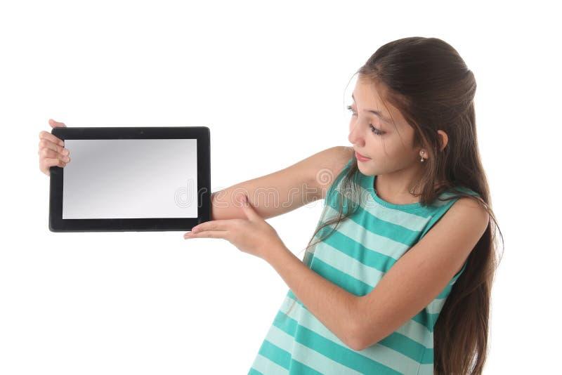 Mooi pre-tienermeisje met een tabletcomputer royalty-vrije stock foto