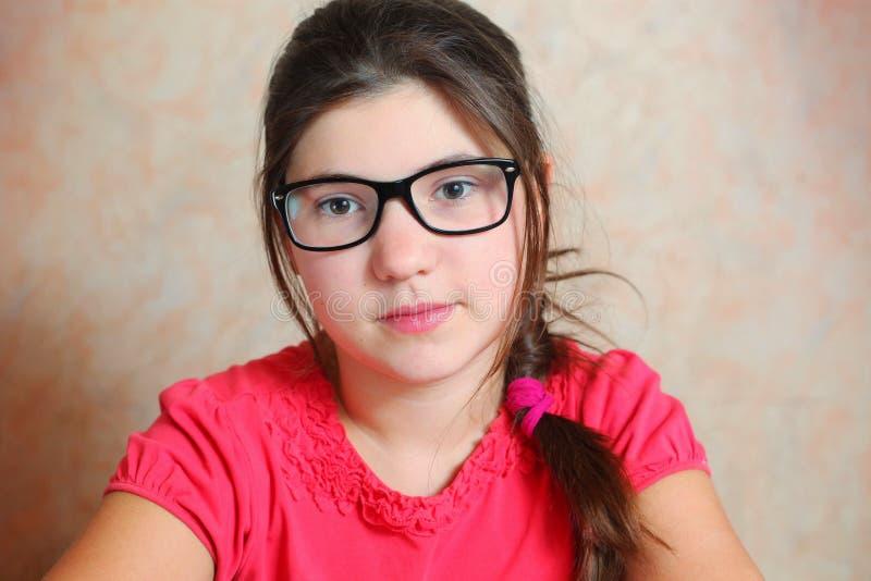 Mooi preteen meisje in correctieglazen stock afbeeldingen