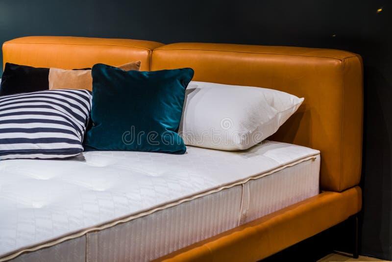 Mooi reclamebinnenland van de flat Een bed voor verkoop decor Bekleed meubilair royalty-vrije stock afbeeldingen