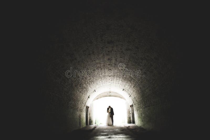 Mooi romantisch huwelijkspaar van jonggehuwden die dichtbij oud kasteel koesteren royalty-vrije stock afbeeldingen