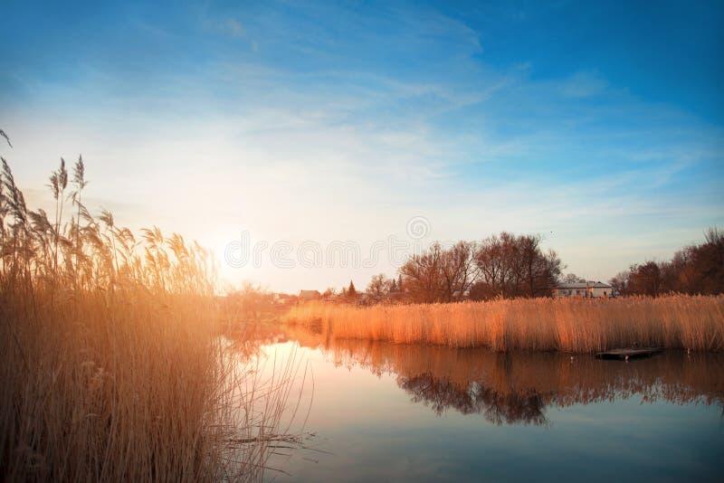 Mooi romantisch landschap bij zonsondergang op de rivier royalty-vrije stock afbeeldingen