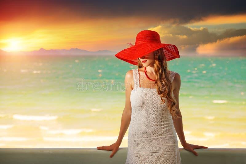 Mooi romantisch model in rode hoed met rode lippen stock afbeelding