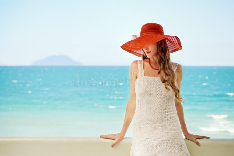 Mooi romantisch model in rode hoed met rode lippen die nok bekijken royalty-vrije stock afbeelding