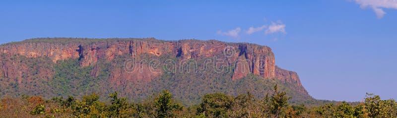 Mooi rood berglandschap in Chapada Dos Guimaraes, het geografische centrum van Zuid-Amerika, Mato Grosso, Brazilië royalty-vrije stock afbeeldingen