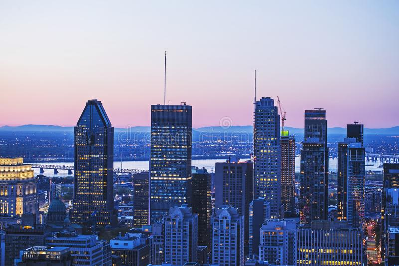 Mooi rood en blauw hemel en zonsopganglicht over de stad van Montreal in de ochtendtijd Verbazende mening van mont-Koninklijk met stock afbeelding