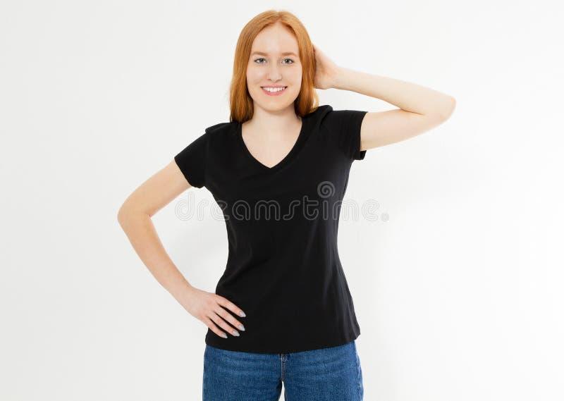 Mooi rood haarmeisje in een zwarte die t-shirt op wit wordt ge?soleerd Mooie glimlach rode hoofdvrouw in t-shirtspot op spatie stock foto's