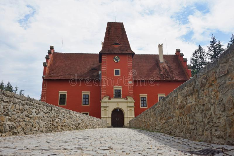 Mooi rood kasteel Cervena Lhota in de Tsjechische Republiek die als van sprookje kijken royalty-vrije stock afbeeldingen