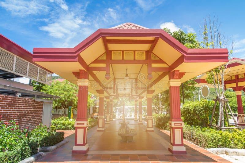 Mooi rood paviljoen in een parkeerterrein voor rust toerisme, openbare boog stock foto
