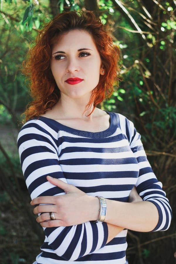 Mooi roodharig meisje Zacht portret van aantrekkelijke jongelui stock foto