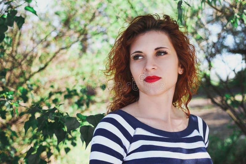 Mooi roodharig meisje Zacht portret van aantrekkelijke jongelui stock fotografie