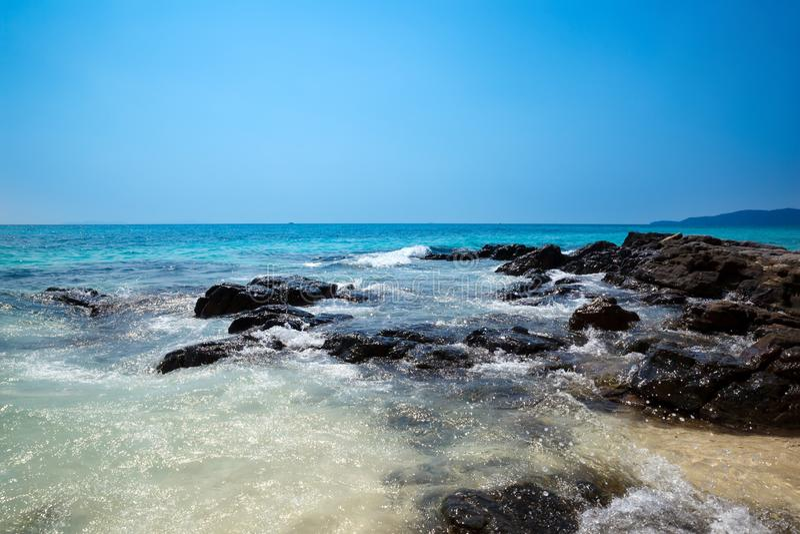 Mooi Rotsachtig kust Tropisch eiland royalty-vrije stock fotografie