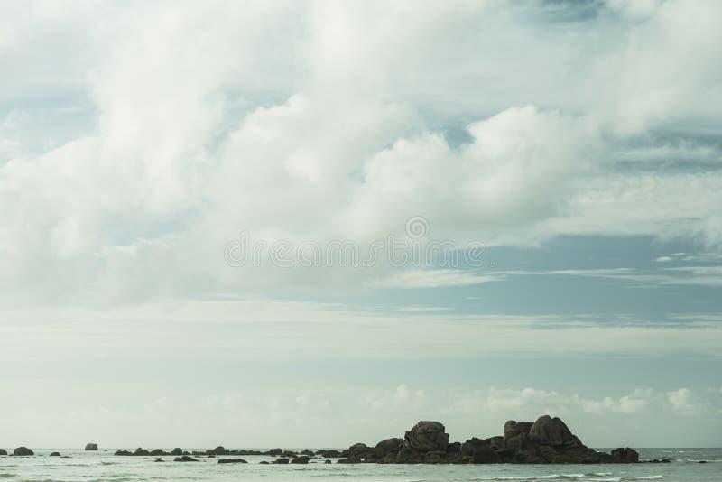 Mooi rotsachtig strand royalty-vrije stock afbeeldingen