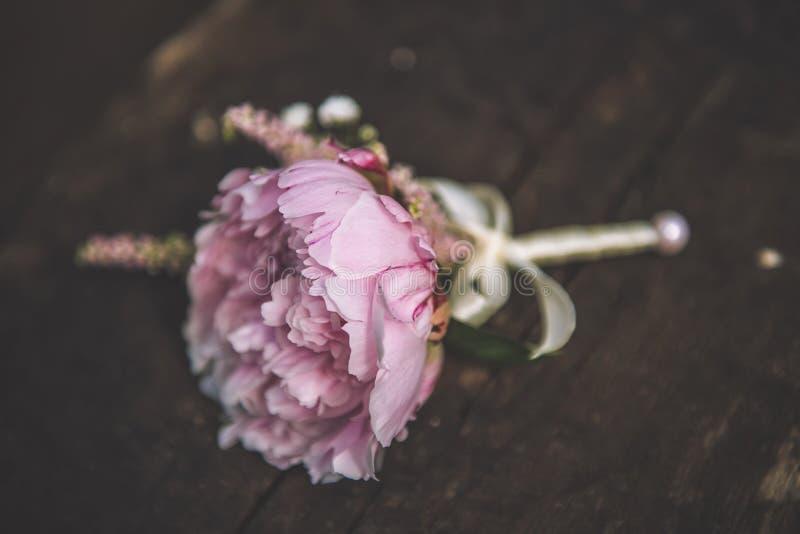 Mooi roze en wit huwelijk boutonniere met paeony, huwelijksviering en valentijnskaartendag stock foto's