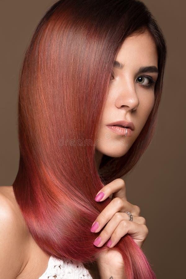 Mooi roze-haired meisje in beweging met een volkomen vlot haar, en klassieke samenstelling Het Gezicht van de schoonheid royalty-vrije stock afbeelding