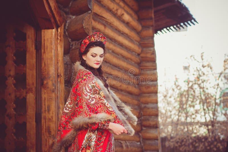 Mooi Russisch meisje in nationaal kostuum royalty-vrije stock afbeelding