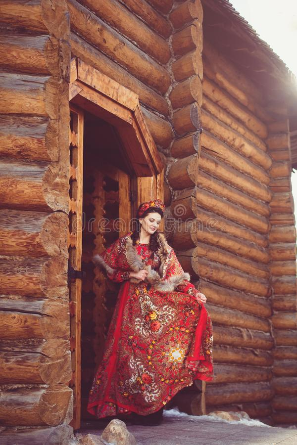 Mooi Russisch meisje in nationaal kostuum stock foto
