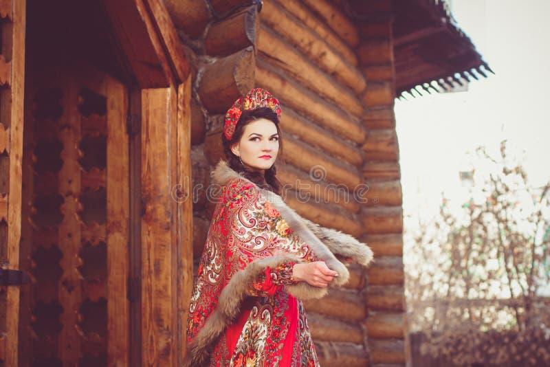Mooi Russisch meisje in nationaal kostuum stock fotografie