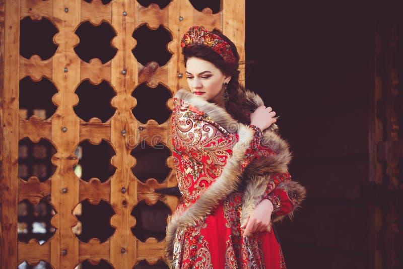 Mooi Russisch meisje in nationaal kostuum royalty-vrije stock foto's
