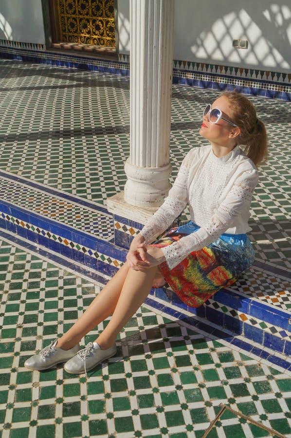 Mooi Russisch meisjesbezoek Bahia Palace in Marrakech stock foto