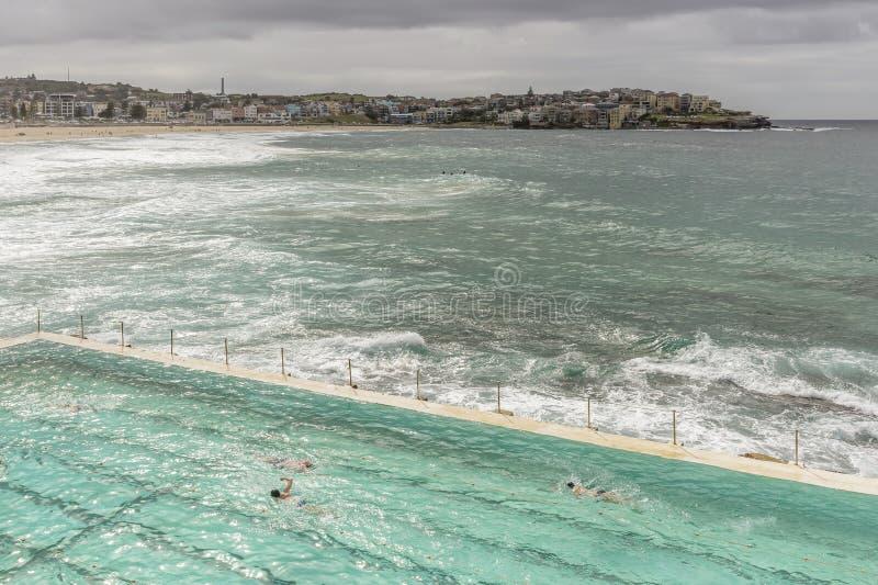 Mooi satellietbeeld van Bondi-Strand op een bewolkte dag met grote golven en een beetje van zon het filtreren door de wolken, Syd royalty-vrije stock foto's