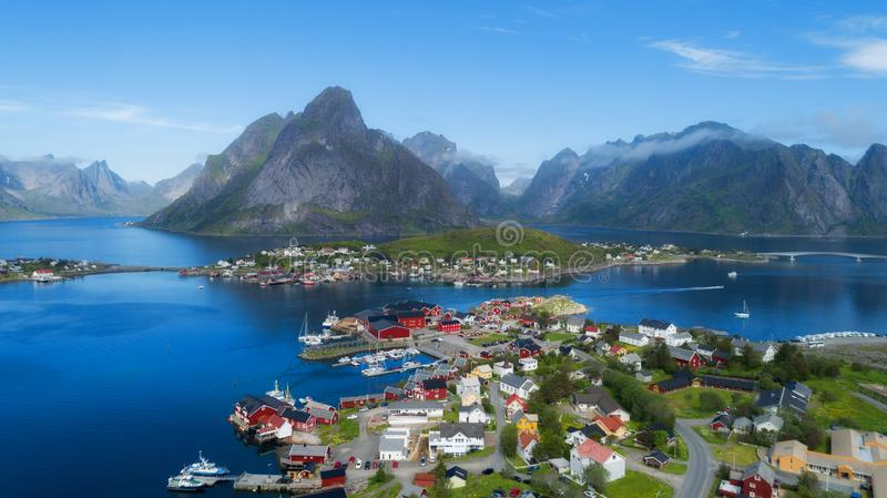 Mooi satellietbeeld van Reine, Lofoten, Noorwegen, de zonnige noordpoolzomer royalty-vrije stock afbeelding