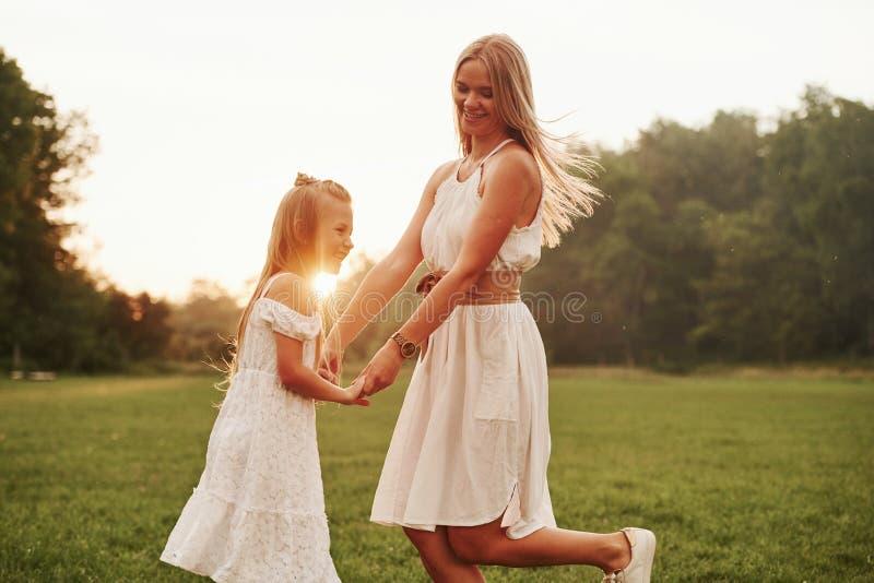 Mooi schot Moeder en dochter genieten van het weekend samen door buiten te wandelen in het veld Mooie natuur royalty-vrije stock foto's