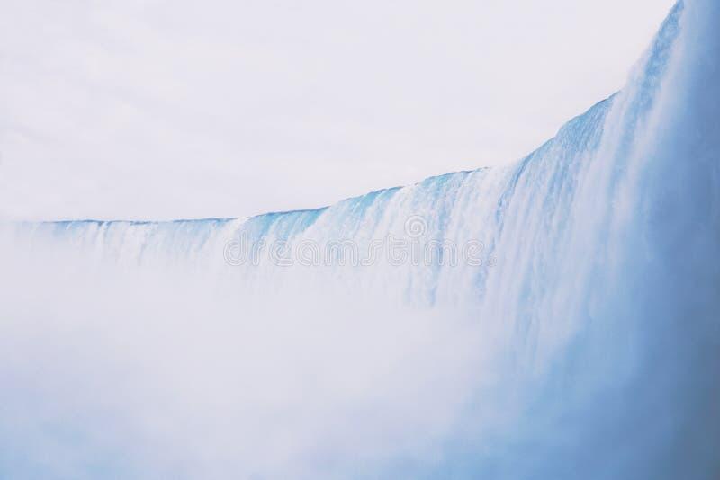 Mooi schot van een brede grote waterval met verbazende duidelijke hemel op de achtergrond stock afbeelding