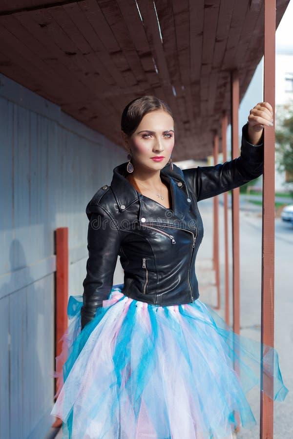 Mooi schot van een meisje met heldere in make-up in zwarte leerrok in de stijl van glamrots royalty-vrije stock afbeeldingen