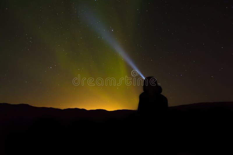 Mooi schot van een vuurtorenbaken die in de nacht glanzen royalty-vrije stock foto's