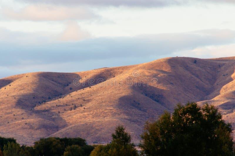 Mooi schot van steile zandige heuvels en verbazende bewolkte hemel royalty-vrije stock afbeeldingen