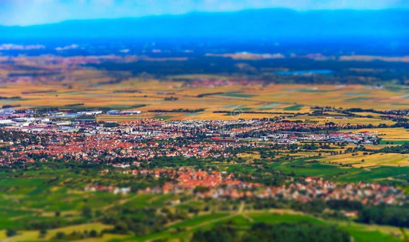 Mooi schuine stand-verschuiving satellietbeeld aan de kleurrijke vallei vanaf de bovenkant van de heuvel, de Elzas, royalty-vrije stock afbeeldingen