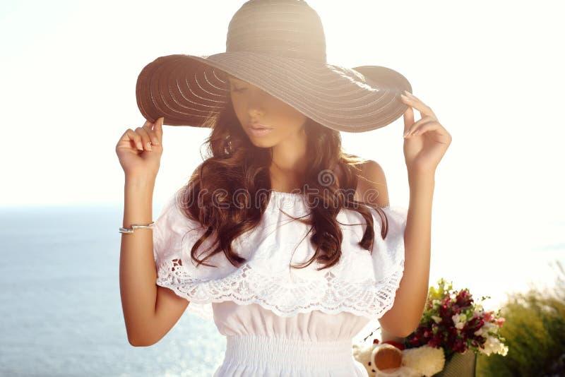 Mooi sensueel meisje met donker haar in elegante kleding en hoed stock afbeeldingen
