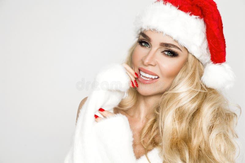 Mooi sexy blonde vrouwelijk model gekleed in Santa Claus-hoedenkerstmis royalty-vrije stock foto's