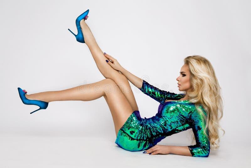 Mooi, sexy, blonde, wijfje, model in een elegante Carnaval-kleding met lovertjes stock foto