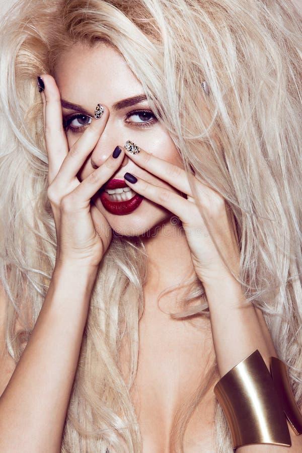 Mooi sexy blondemeisje met sensuele lippen stock fotografie