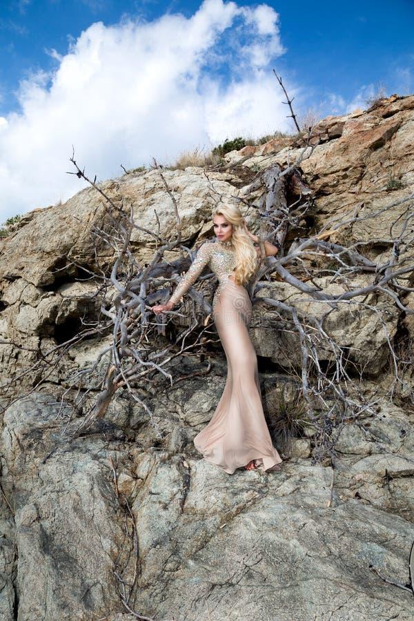 Mooi, sexy blondemodel in een elegante kleding op Santorini royalty-vrije stock foto