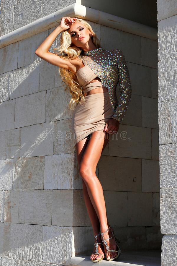 Mooi, sexy blondemodel in een elegante kleding op Santorini stock fotografie