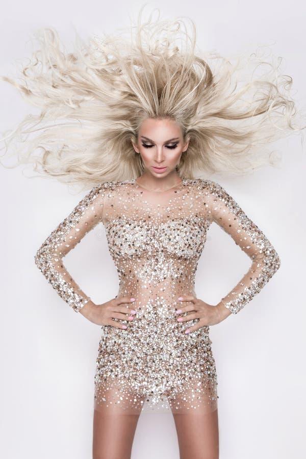 Mooi sexy blondemodel met verbazende ogen, haar van het wind het neer lange volume met hoogtepunten stock foto's