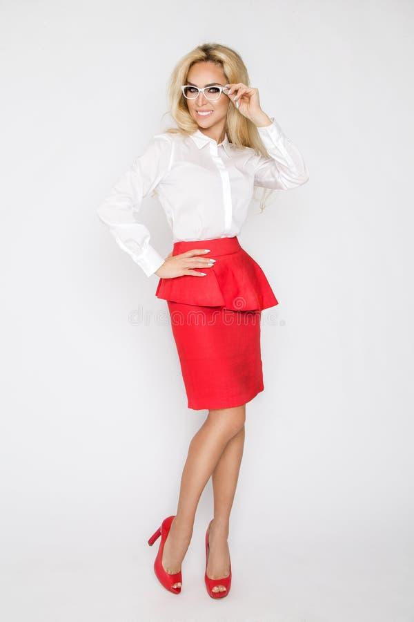 Mooi, sexy, elegant blonde vrouwelijk model in wit overhemd stock afbeelding